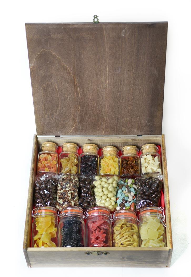 caja de frutas y chocolate